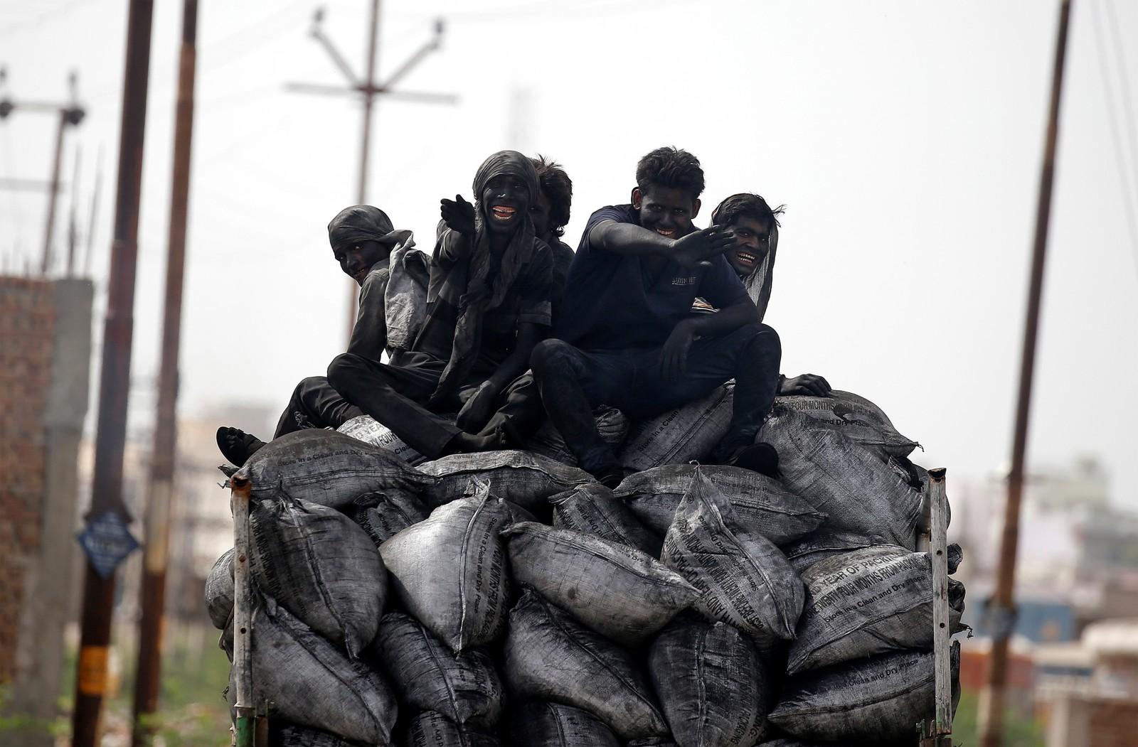 Kullarbeidere på vei til, eller fra, jobb i Barsana, India.