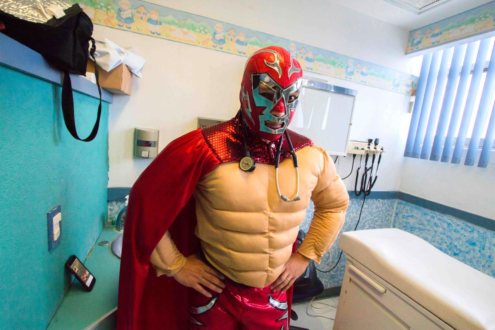 Den meksikanske onkologisten Sergio Gallegos er her utkledd som en fribryter. En onkolog studerer og behandler kreft. Gallegos jobber med barn som har kreft, og pleier å kle seg ut som forskjellig karakterer fordi han mener at godt humør er viktig for å kunne bekjempe sykdommen. Bildet er tatt den 12. juli.