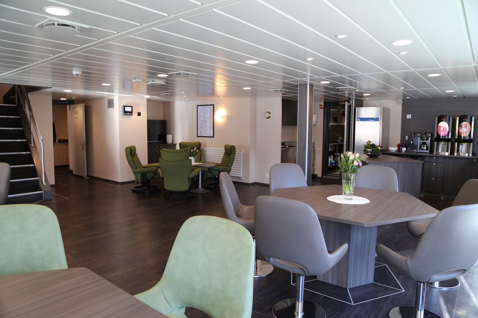 Kafeteriaen på tråleren er utstyrt med interiør i duse pasteller og moderne møbler.