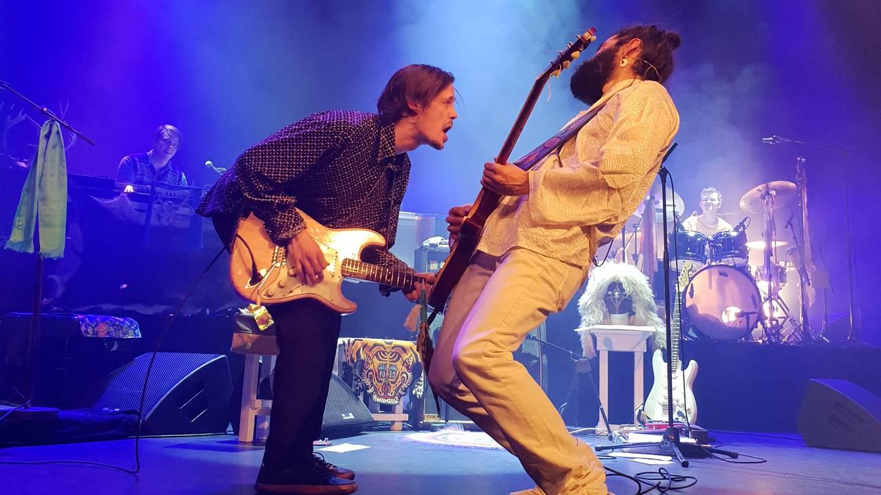 To gitarister mot hverandre på scenen