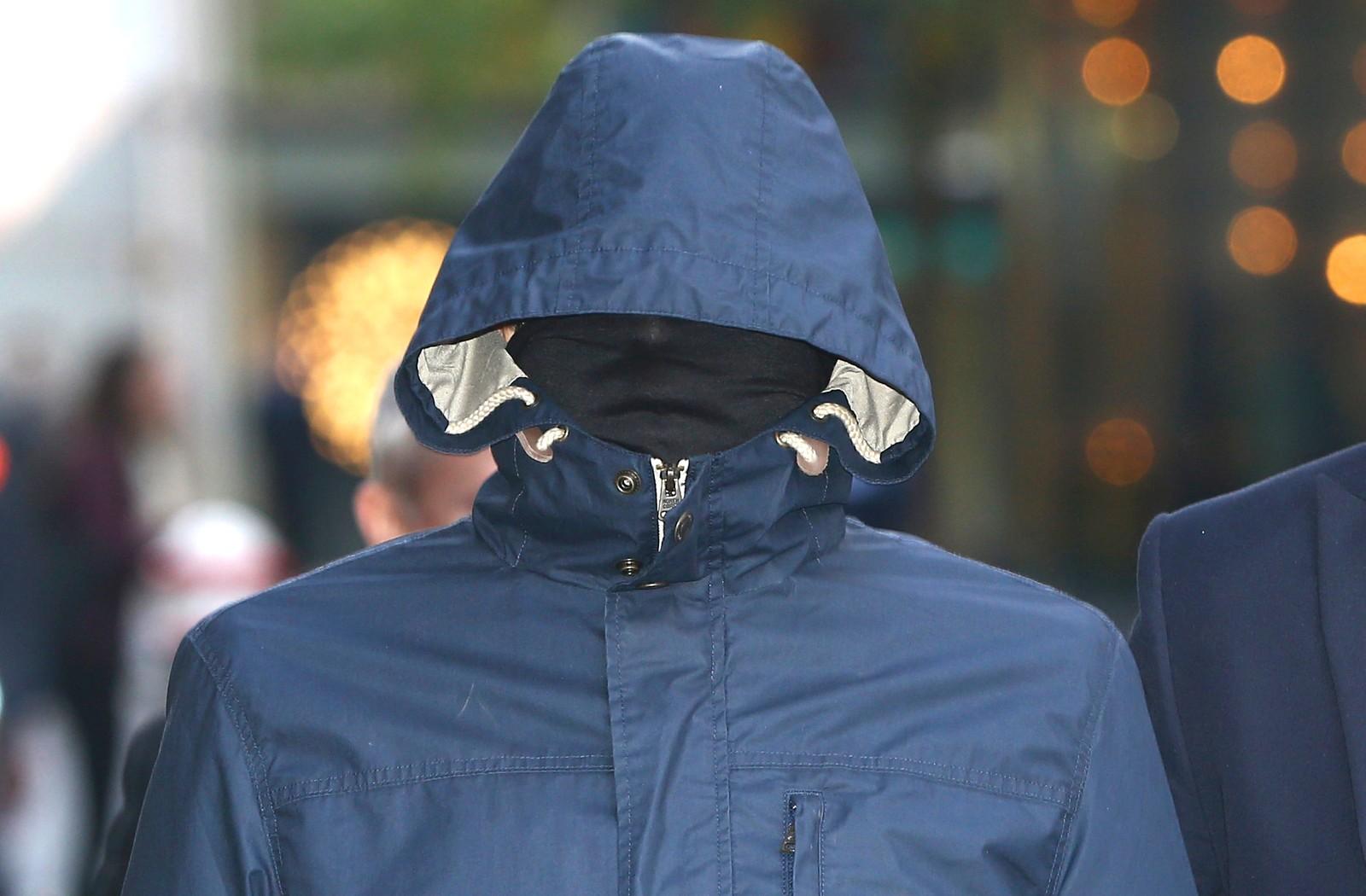 Storbritannias mest fryktede gravejournalist, Mazher Mahmood, er på vei til retten i London. Han er kjent for å kle seg ut som en rik sheikh for å få kjente mennesker til å prate med han. Mahmood kostet blant annet Sven Göran Eriksson jobben som landslagssjef for det engelske landslaget, etter betroelser om at fotballspillerne var late og griske.