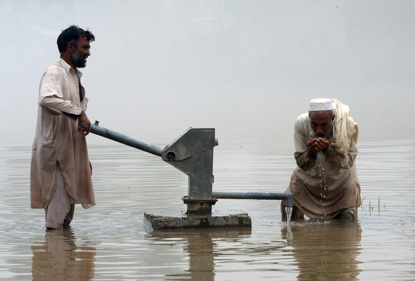 En pakistansk mann pumper vann fra en brønn i et område rammet av flom. I følge AFP har 116 mennesker dødd og mer enn 850.000 blitt rammet av monsun-flommen i landet.
