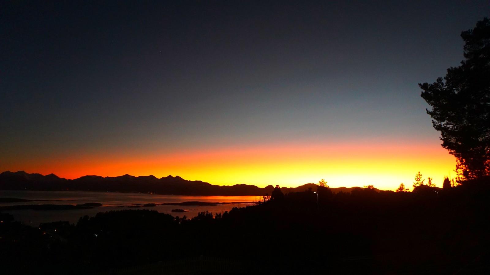 Tatt fra Nordbyen i Molde, mot Vestnes. - Til og med den lyssterke Venus kan ses på bildet, sier fotograf Atle Bell.