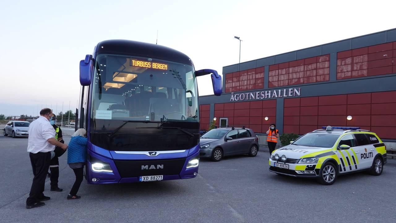 Evakuerte blir transportert i buss fra Ågonteshallen etter brannen i Øygarden