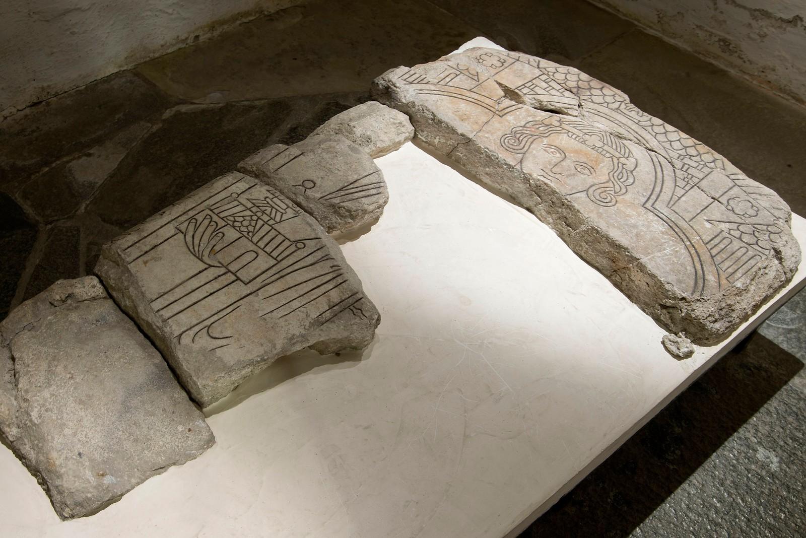 I krypten under Nidarosdomen finnes Norges største samling av middelalderske gravsteiner. Blant dem finnes fragmenter av Skule Bårdssons gravstein. Personen på gravsteinen har en hertugkrone på hodet, noe som støtter teorien om at det virkelig er hertug Skules gravstein. Skule styrte en tredjedel av Norge under kong Håkon Håkonsson. I 1239 gjorde Skule opprør, til tross for at kong Håkon var gift med Skules datter, Margrete. Skule lot seg krone til konge, men ble drept bare et halvt år etterpå. Gjennom Margrete og Håkon Håkonsson ble hertug Skule en av stamfedrene til den norske kongsætten i middelalderen.