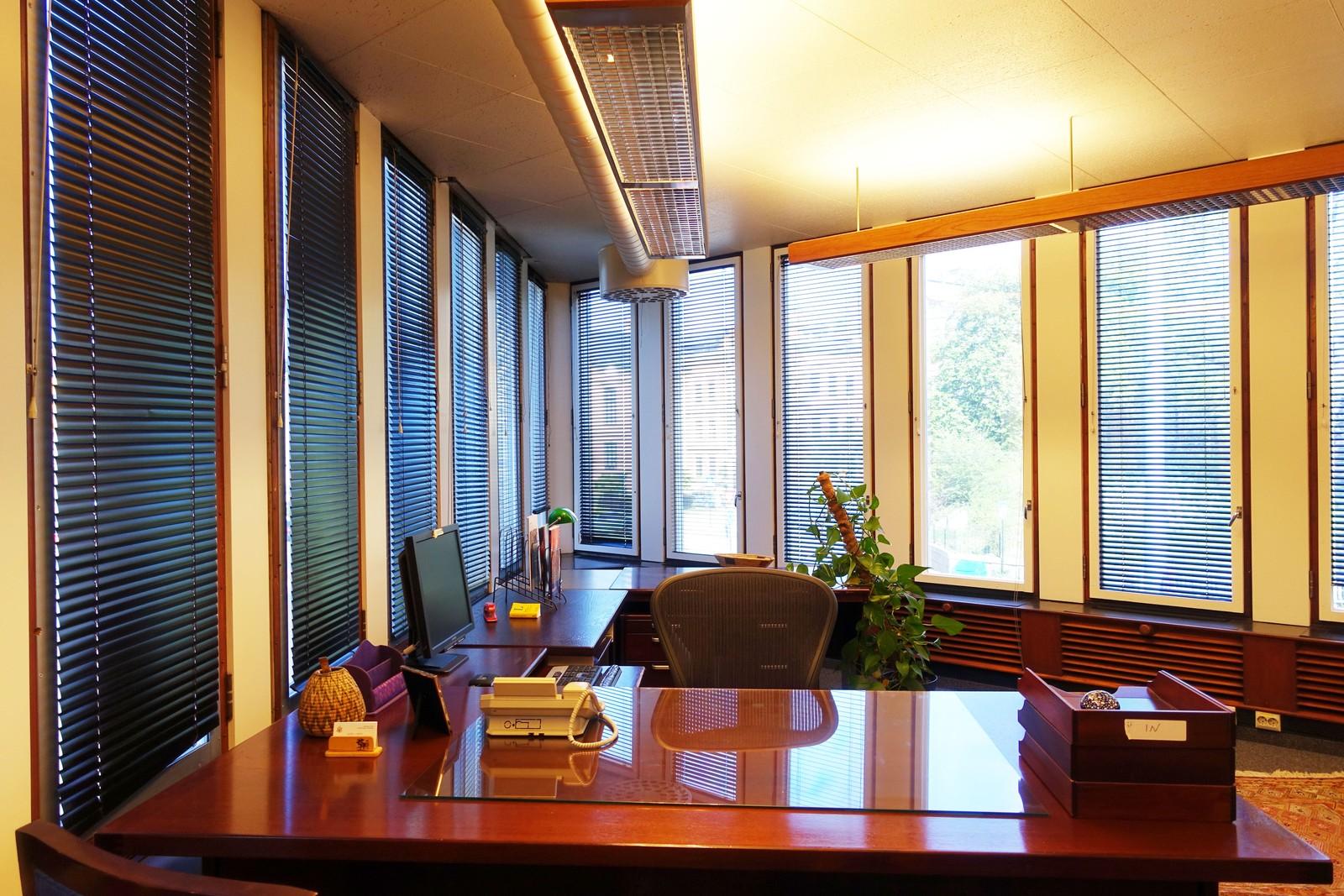Alle hjørnekontorene i bygget har en trekantet form. Dette er kontoret til lederen i presseavdelingen. Ambassadørens kontor har den samme formen, men er mye større.