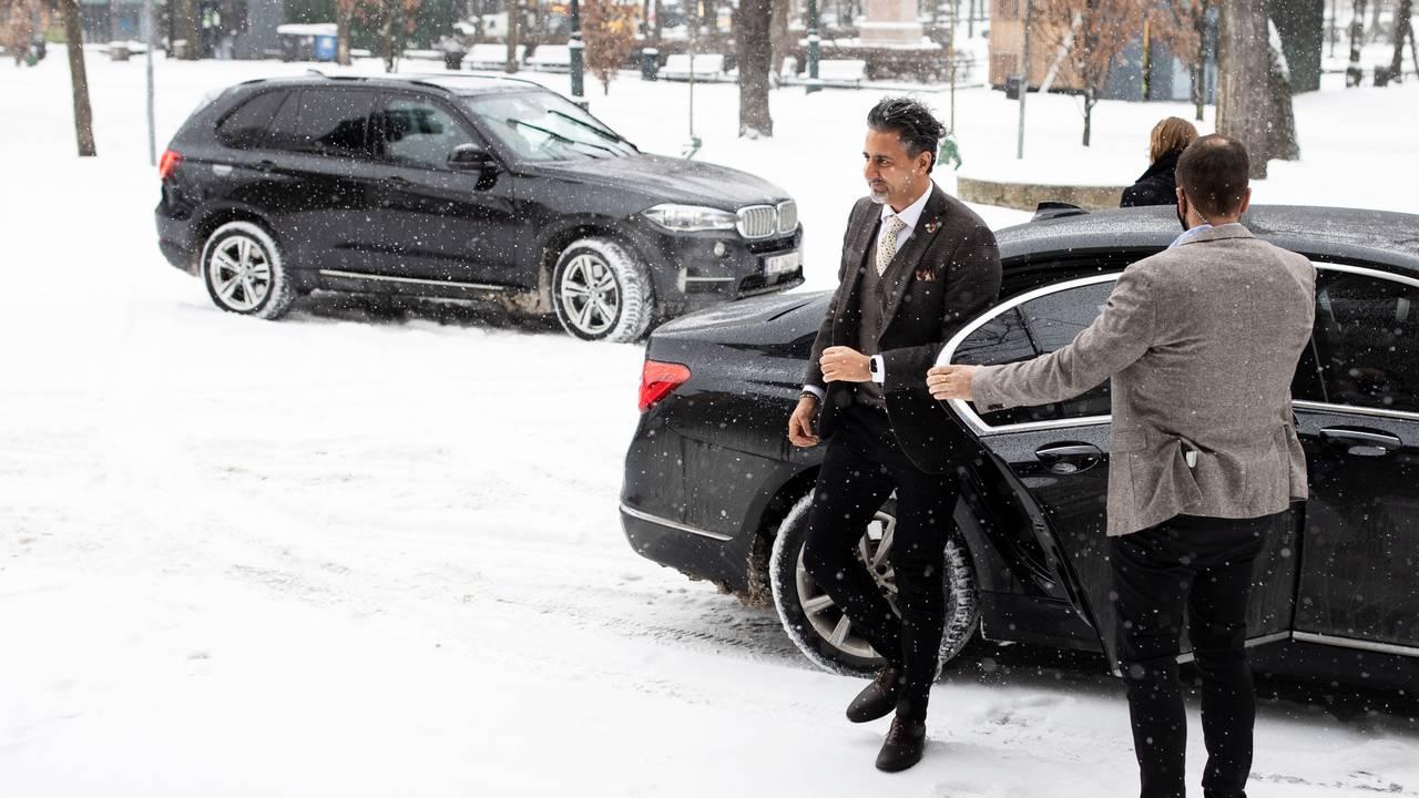 Abid Raja på vei inn til Nationaltheatret 17. februar 2021.