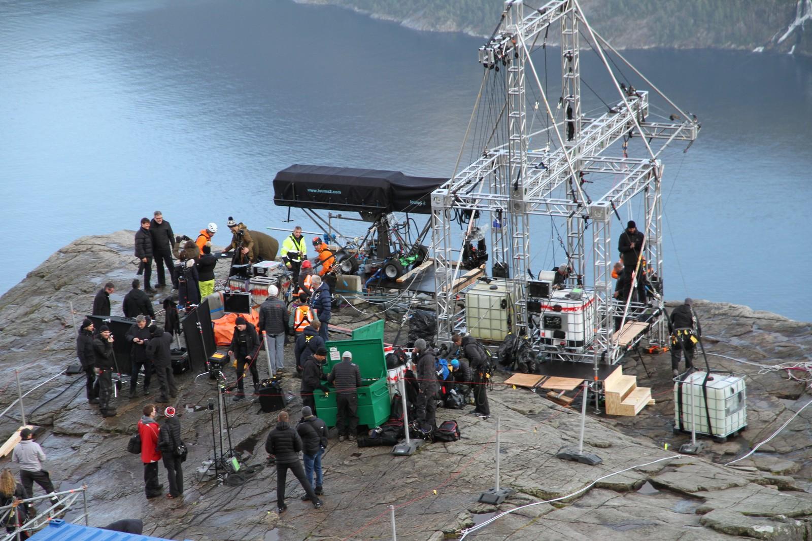Klarer du å få øye på filmstjernen Tom Cruise på toppen av Preikestolen? Mandag besøkte han det berømte fjellplatået i forbindelse med innspillingen av Mission Impossible 6.