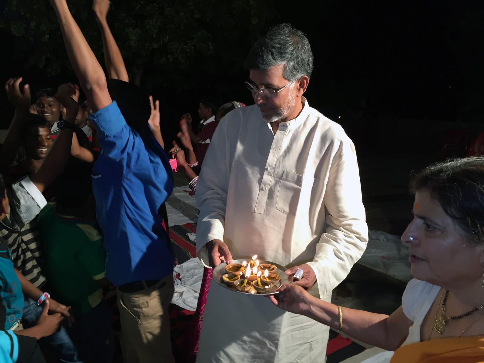 Feiringen av Diwali pågår mellom tre til fem dager, noe som guttene vet å sette pris på. Festen blir også en nyttårsfest fordi hinduenes nye år begynner i samme periode.