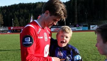 Branns Erik Mjelde skriv autografar.