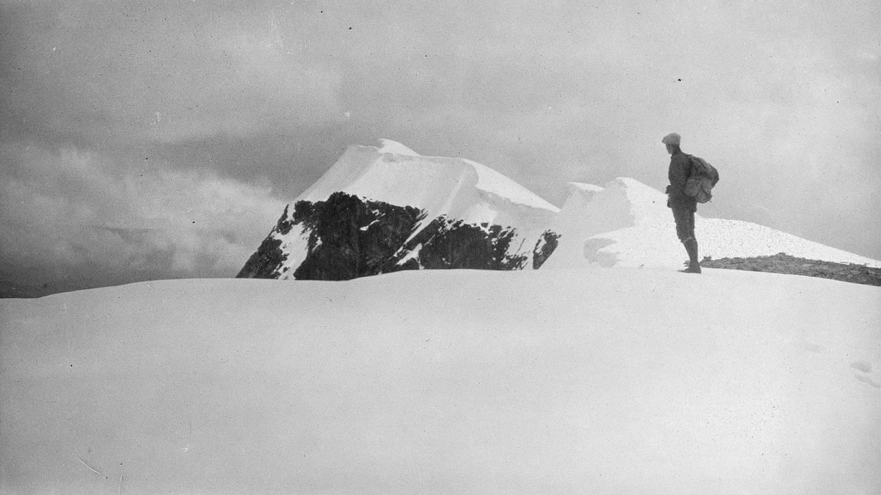 Mann står på toppen av Glittertind i 1917.