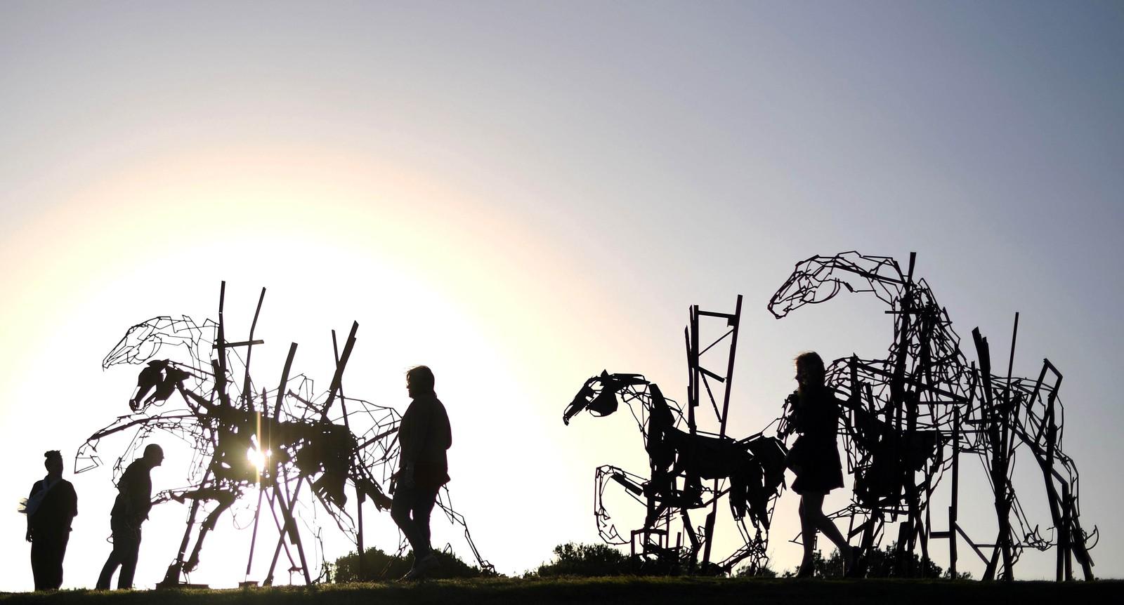 Kunstinteresserte ser på skulpturer laget av Hariie Fasher ved Bondi Beach i Sydney.