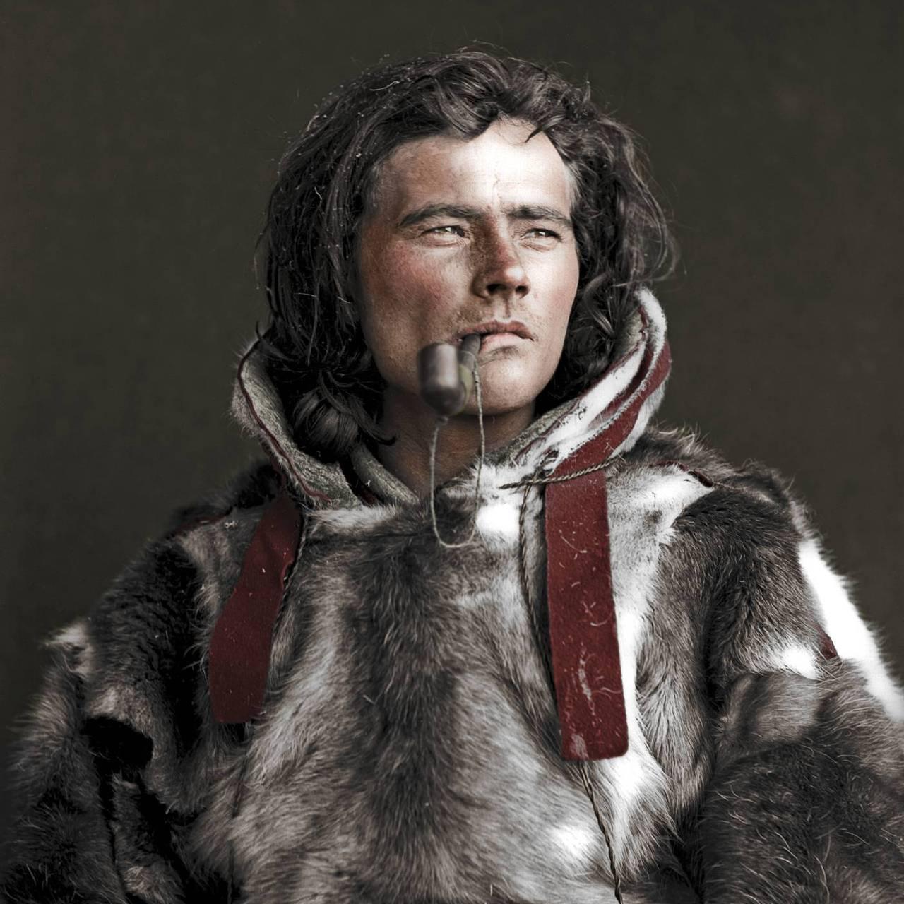 Jose Henriksen Buljo, fotografert av Sophus Tromholt, gjengitt i boken «Folket under nordlyset»/«Álbmot guovssahasa vuolde» av Per Ivar Somby