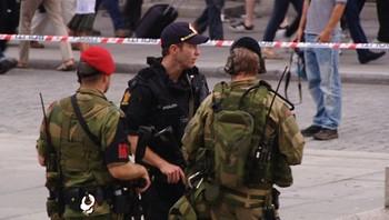 Politi og soldater på Eidsvolds plass ved Stortinget 23. juli 2011