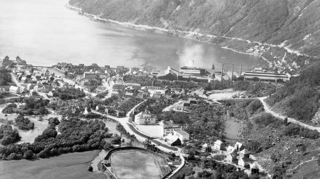 Høyanger med NACO i 1934. Foto: Eugene Nordahl-Olsen. Eigar: Høyanger Verk/Fylkesarkivet i Sogn nog Fjordane.