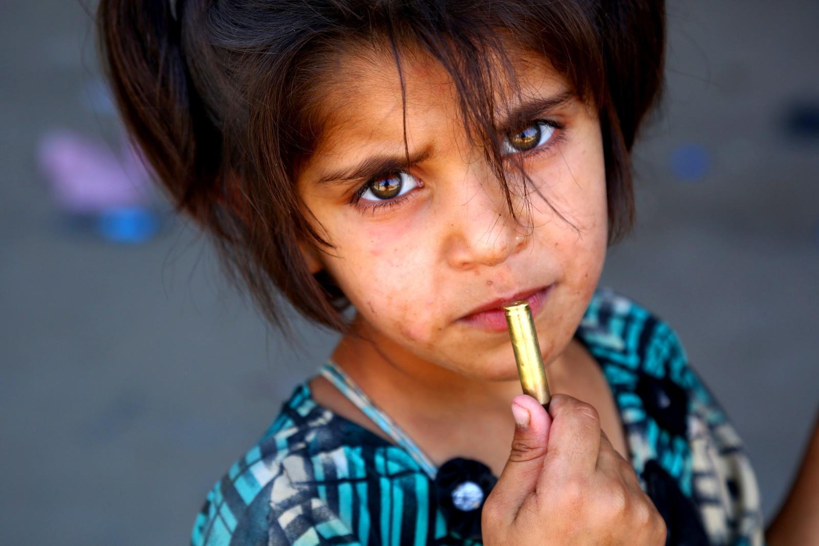 En flyktningjente er fotografert i Ar-Raqqah i Syria.
