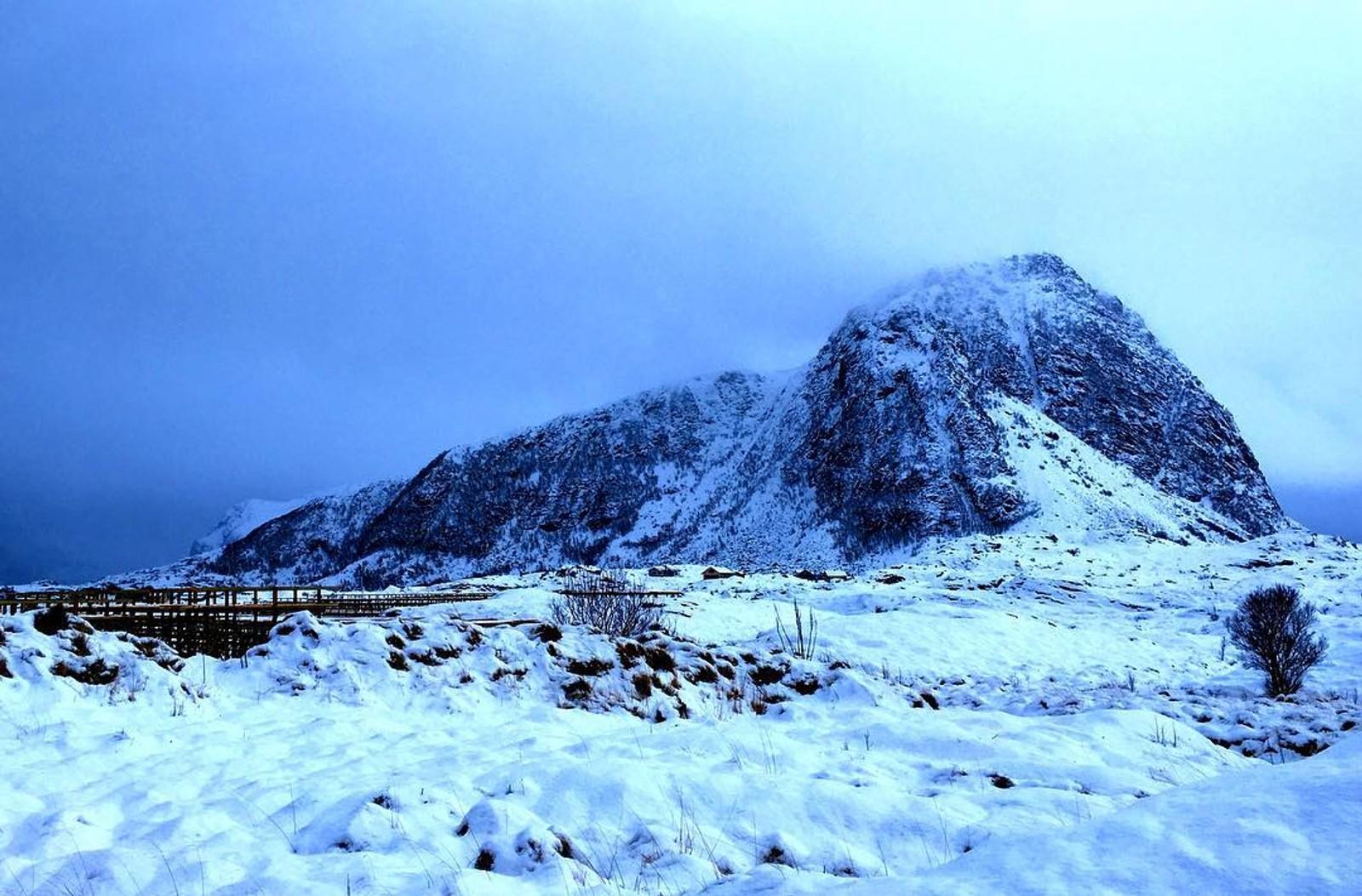 Hoven i vinterljos. Teken på Hovsund i Lofoten.