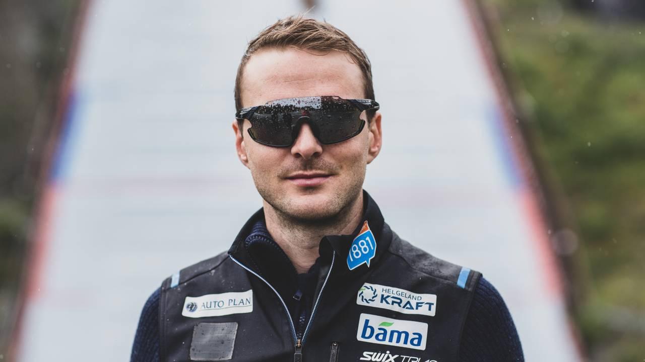 Jørgen Graabak med solbriller foran hoppbakken i Granåsen