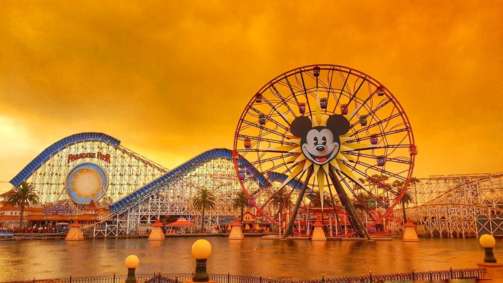 Disneyland i et glødende California. Det har vært store skogbranner den siste uka.