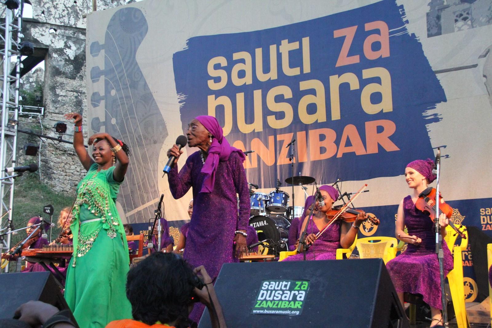 Bi Kidude på hennes siste konsert under Sauti Za Busara-festivalen på Zanzibar i 2012, i en alder av 102 år.