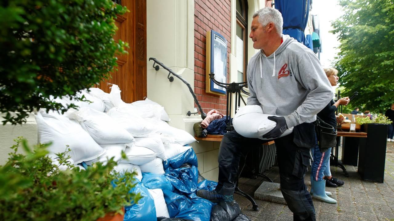 En mann sikrer huset sitt i Erftstadt