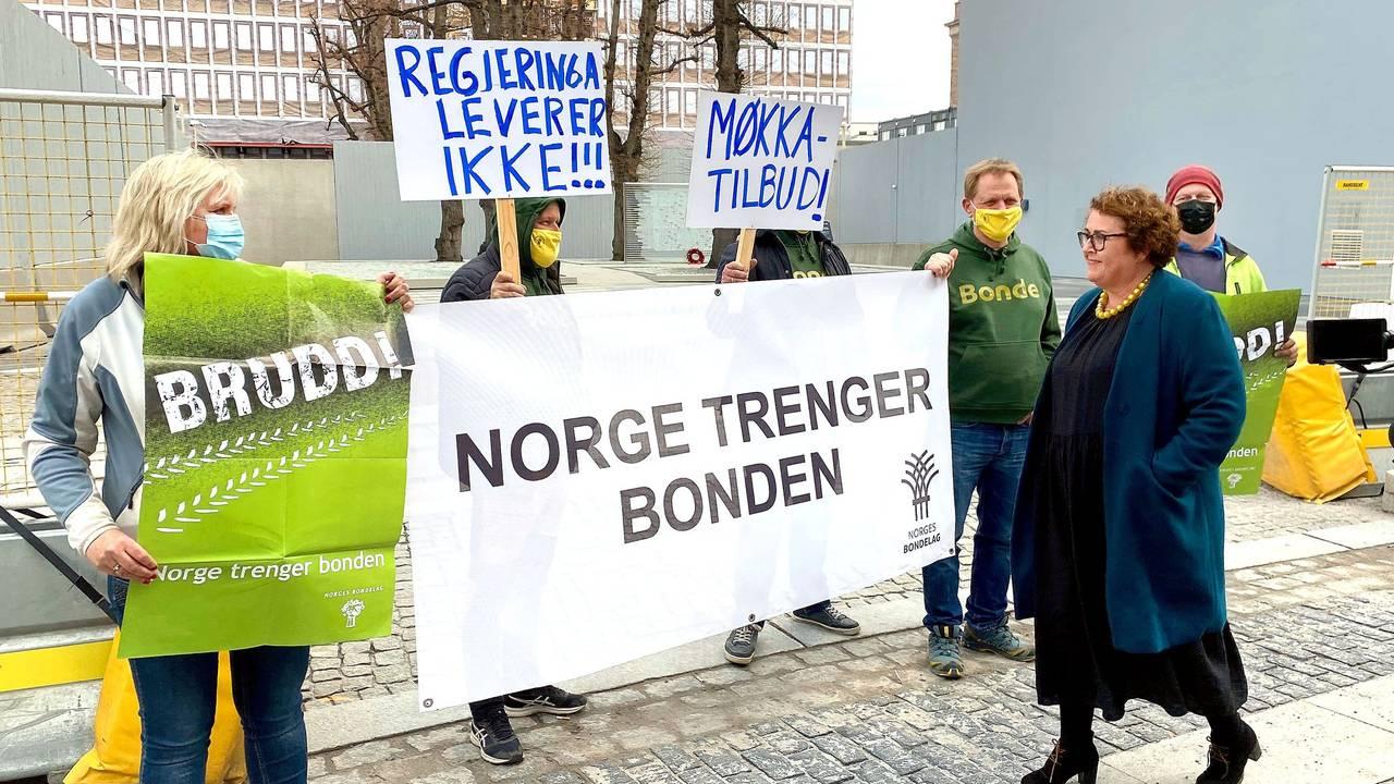 Bollestad blir møtt av demonstranter i Oslo.