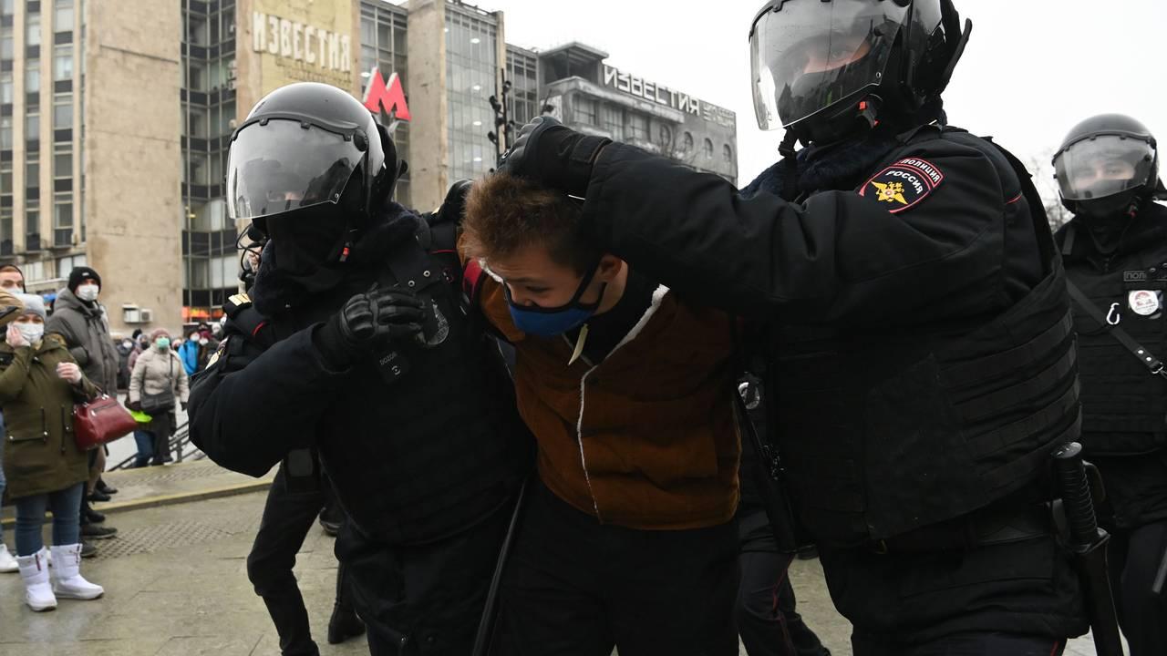Russisk opprørspoliti pågriper en demonstrant i sentrum av Moskva.