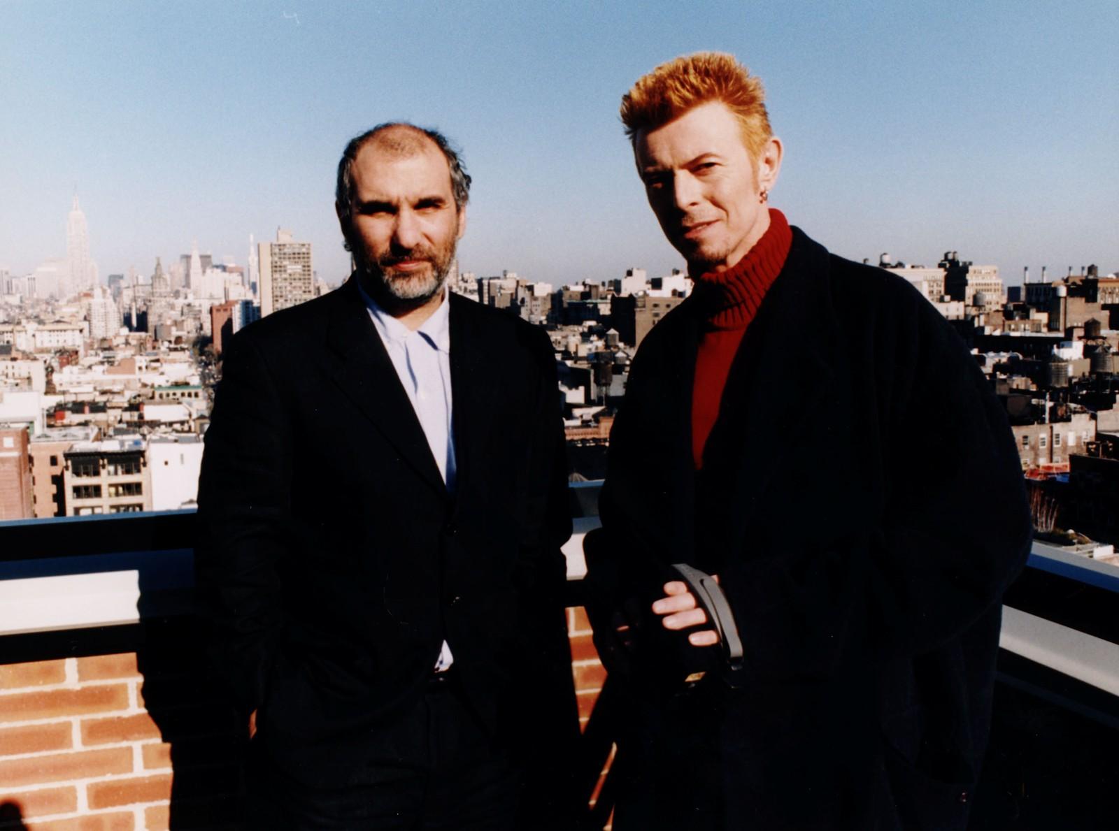 """Regissøren Alan Yentob (t.v.) sto bak den klassiske rockedokumentar """"Cracked Actor"""" fra David Bowies """"Diamond Dogs""""-turné i 1974. Den gangen var artisten tung kokainmisbruker og samtidig intenst kreativ. I en dokumentar så Yentob tilbake på innspillingen."""