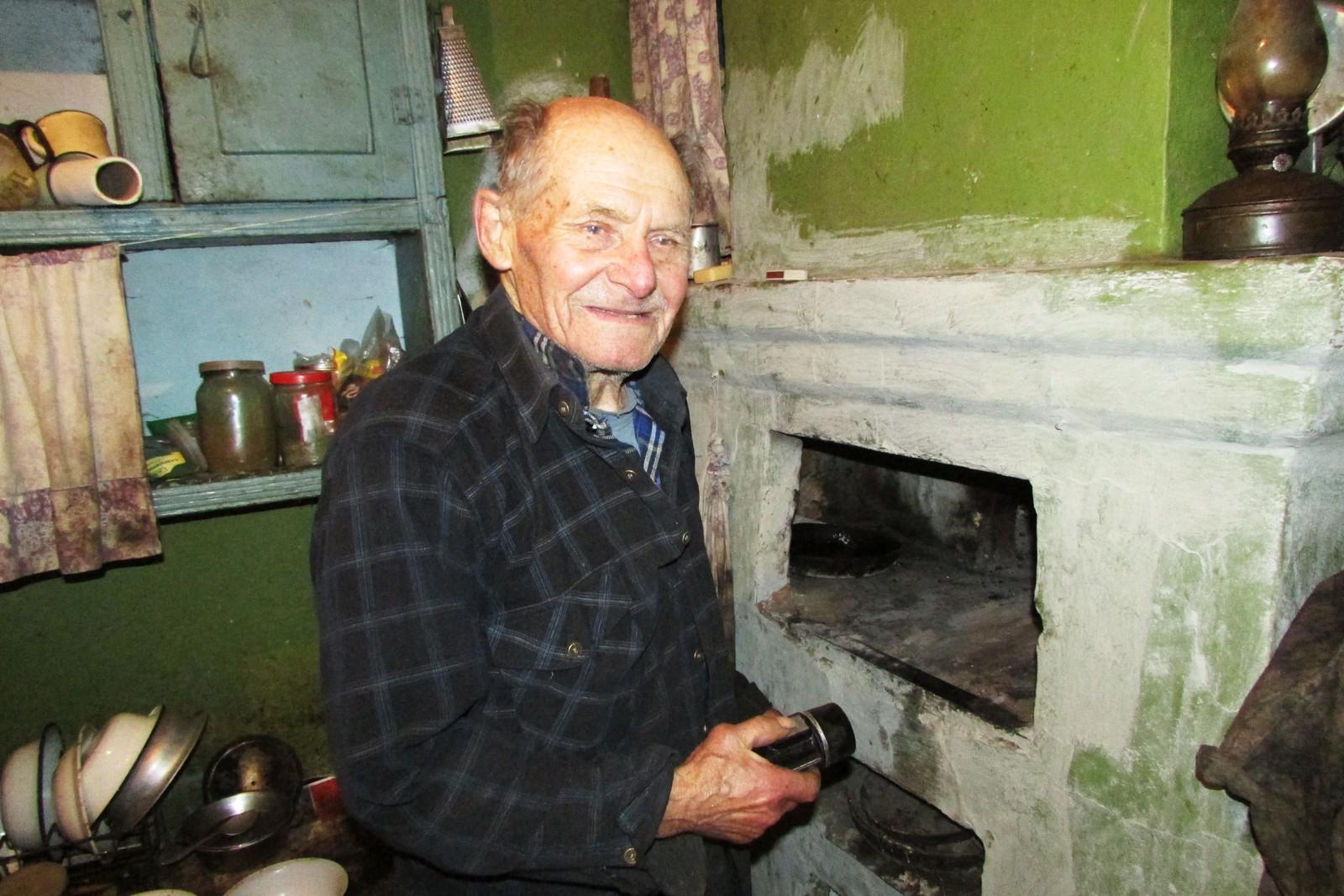 Ivan Ivanovitsj viser frem ovnen som tar opp store deler av den kombinerte stuen og soverommet og sørger for at det er varmt innendørs i et område der vintertemperaturen kan komme ned i 25-30 minusgrader.
