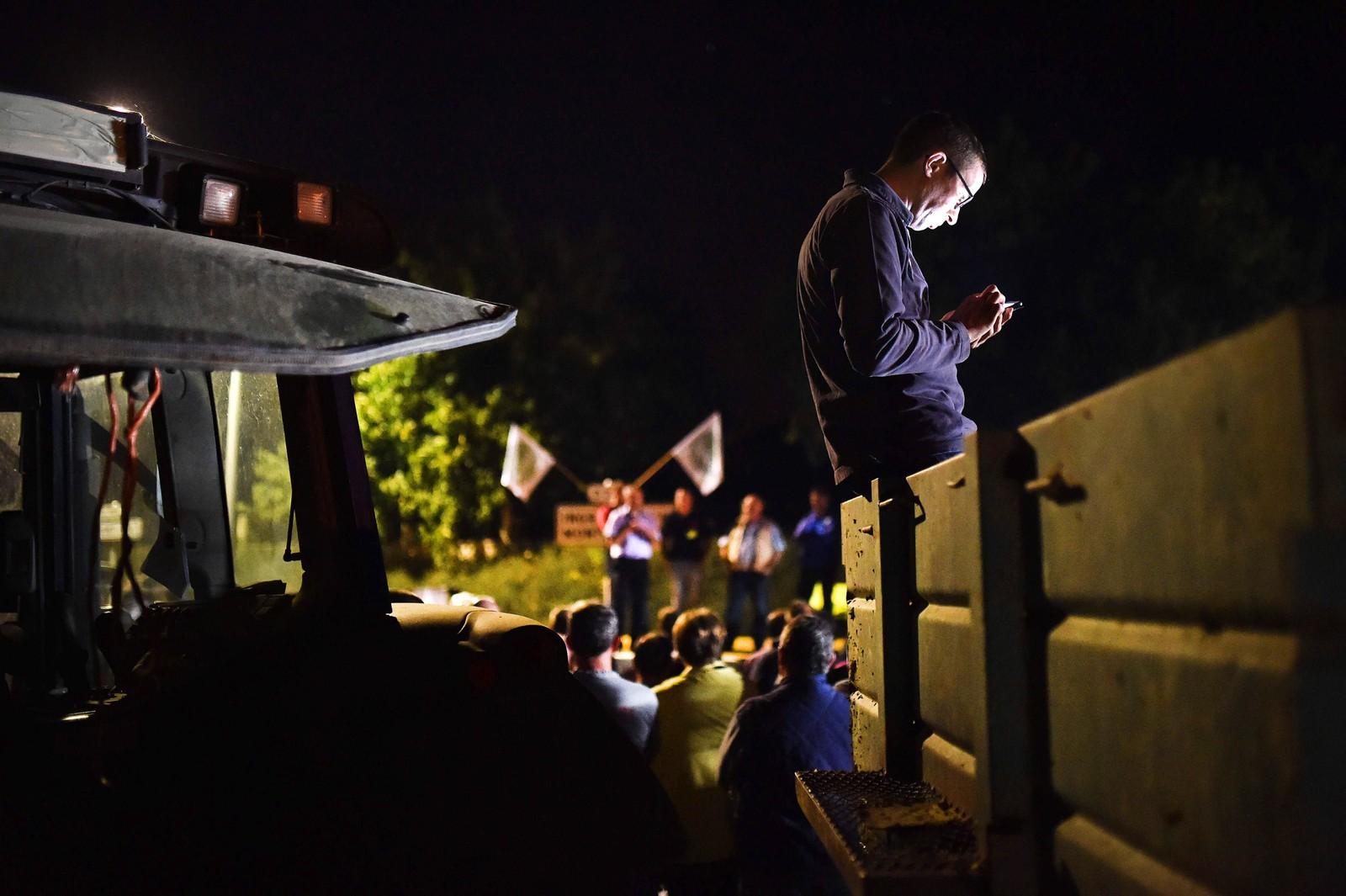 Franske bønder blokkerer hovedkvarteret til meieriselskapet Lactalis i Saint-Florent-Le-Viell den 29. august. Bøndene krever at selskapet øker innkjøpsprisen på melk.