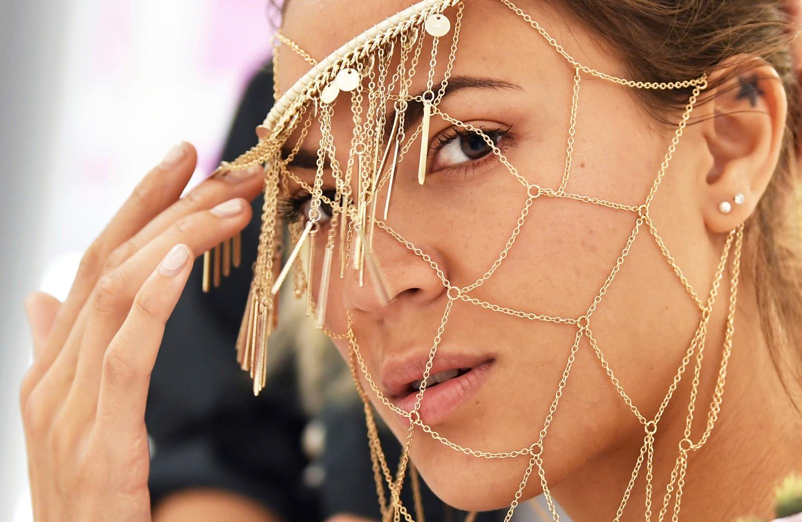 Denne modellen viste mandag fram den norske designeren Edda Gimnes' kreasjoner under moteuka i Berlin.