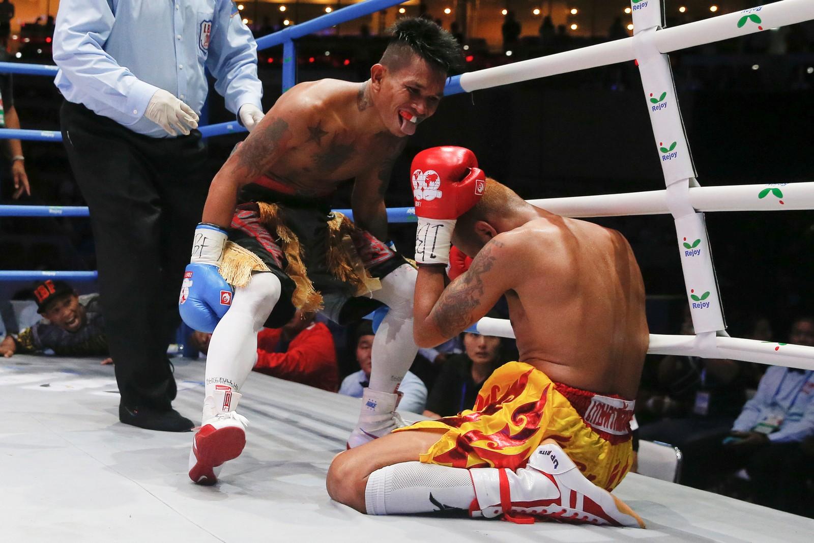 VINNERGEIP: John Riel Casimero fra Filippinene (t.v.) viste onsdag Amnat Ruenroeng fra Thailand hvem som er konge i ringen. Ruenroeng var regjerende International Boxing Federation-mester i fluevekt før kampen.