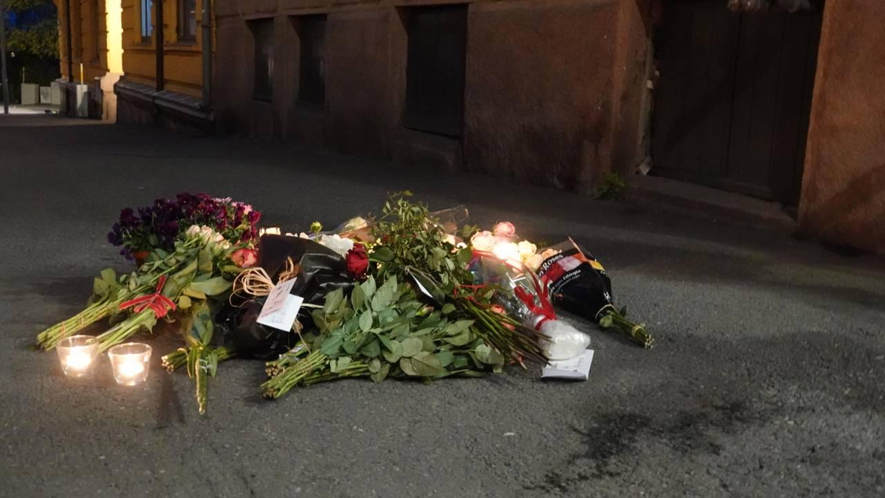 Blomster er onsdag kveld lagt ned i Tostrups gate etter Frogner-drapet.