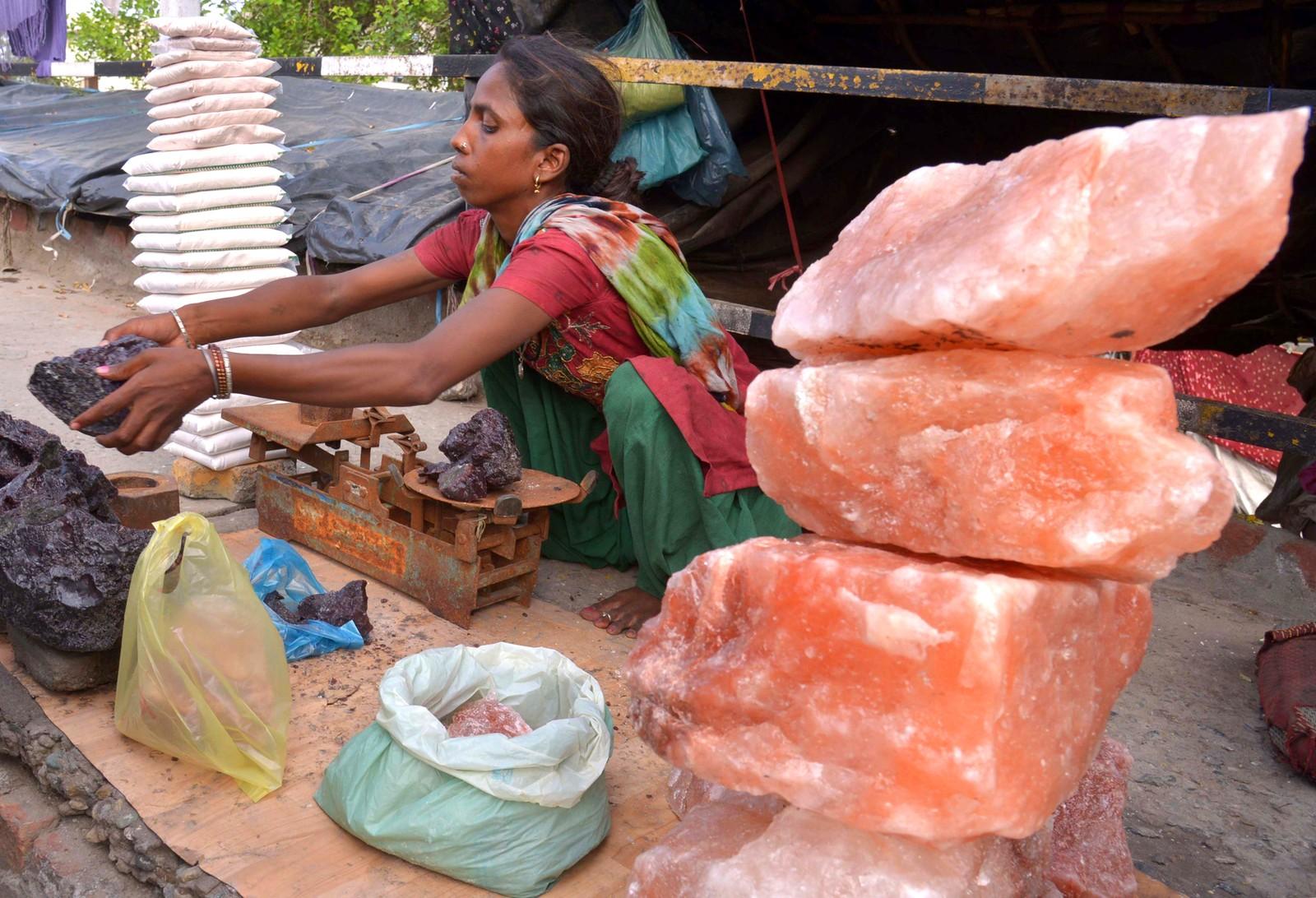 Indiske Sharda selger salt på gata i Amritsar i India den 2. august. Hun tjener mellom 12 og 25 kroner per dag, og forteller at pengene går til å gi datteren en utdannelse.