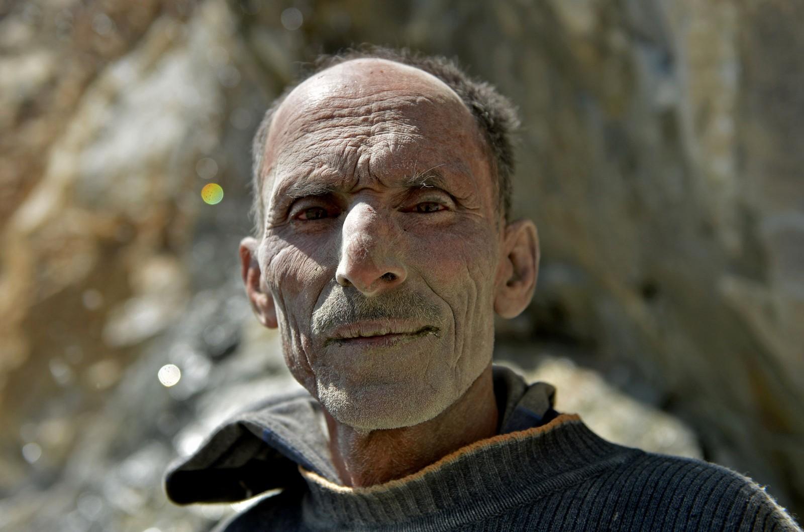 Ikke alle har fri til å markere arbeidernes dag. Denne mannen har tatt en pause fra å hente ut stein ved et steinbrudd utenfor Srinagar i Kashmir 1. mai.