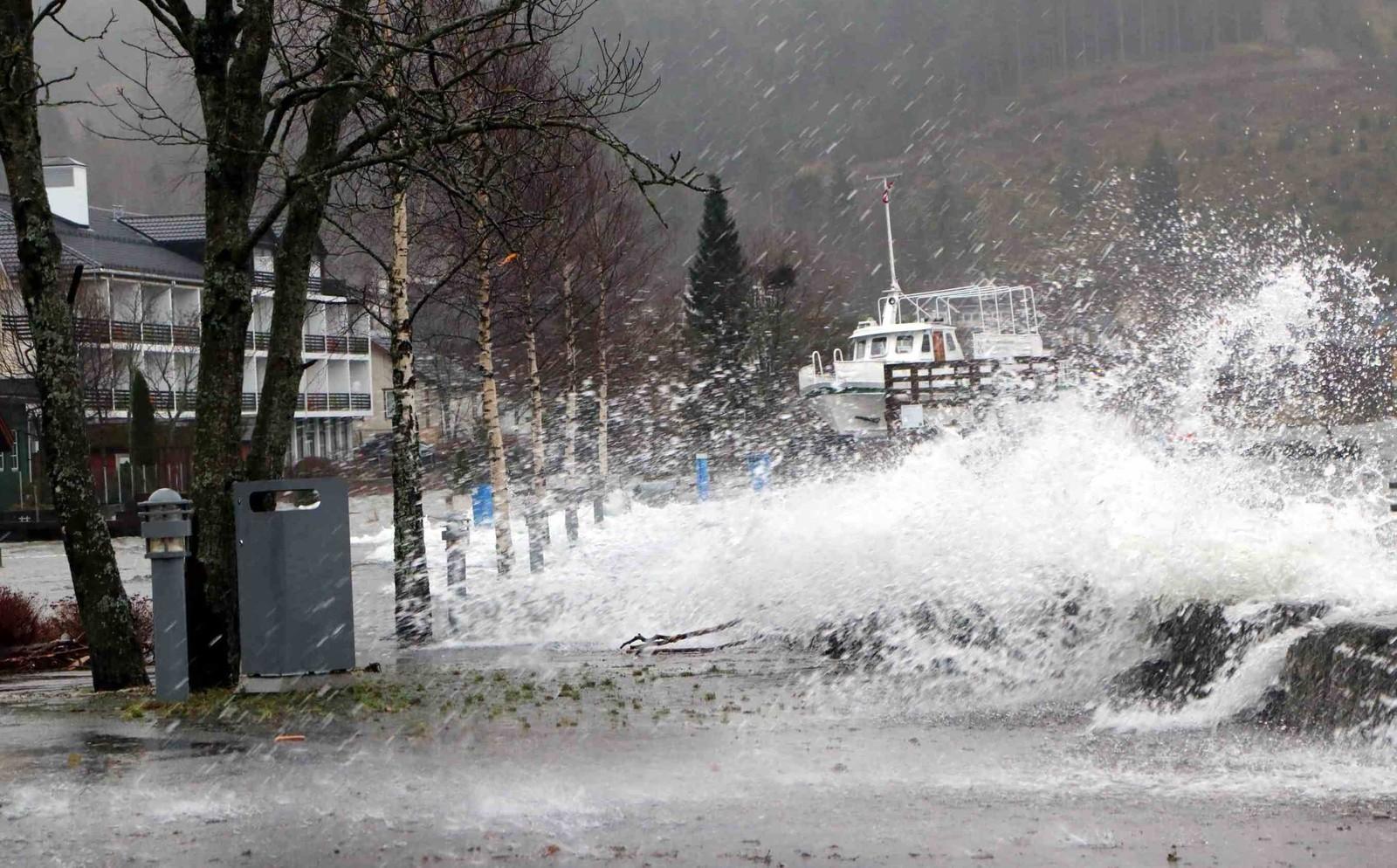 Unormalt mykje vatn i Hornindal.