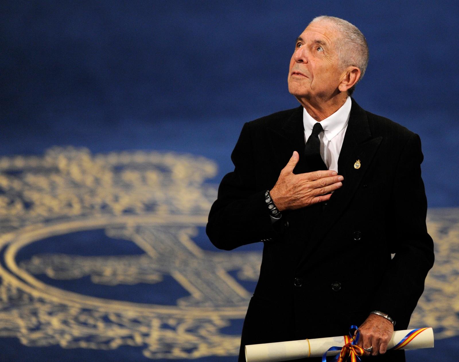 PRISBELØNNET: Cohen mottok mange priser i løpet av sitt liv. Her mottar han Fyrstinnen av Asturias' pris for litteratur i 2011.