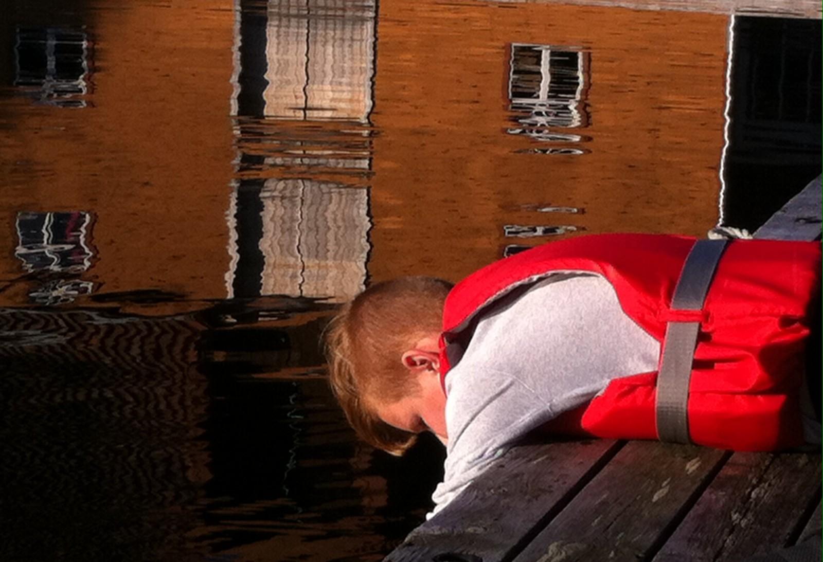 Ute på bryggekanten i Rugsund ein fin haustdag i ferien ligg Jonas og lurer på kva som skjuler seg under sjøflata.