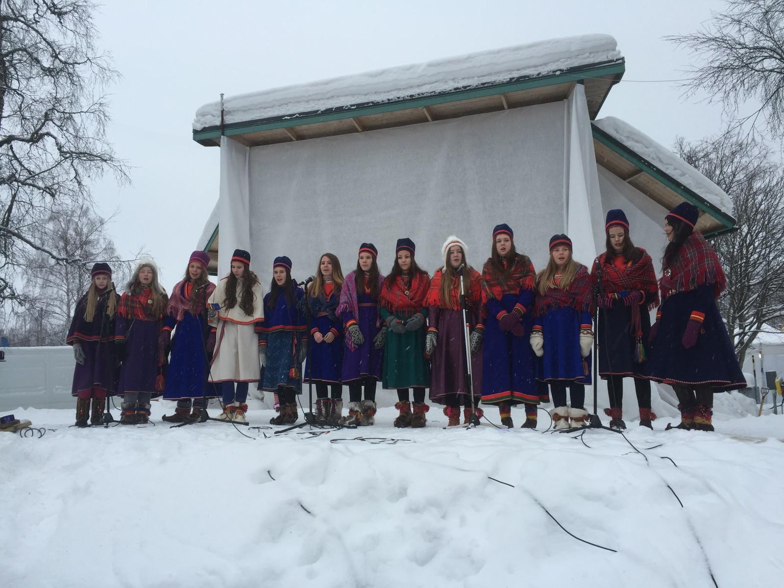 Barnekoret Vaajmoe synger den samiske nasjonalsangen på lulesamisk på snøscenen under fellesarrangementet i Jokkmokk.