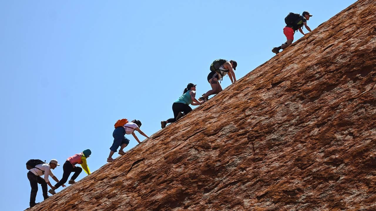 Turister på vei opp Uluru den aller siste dagen.
