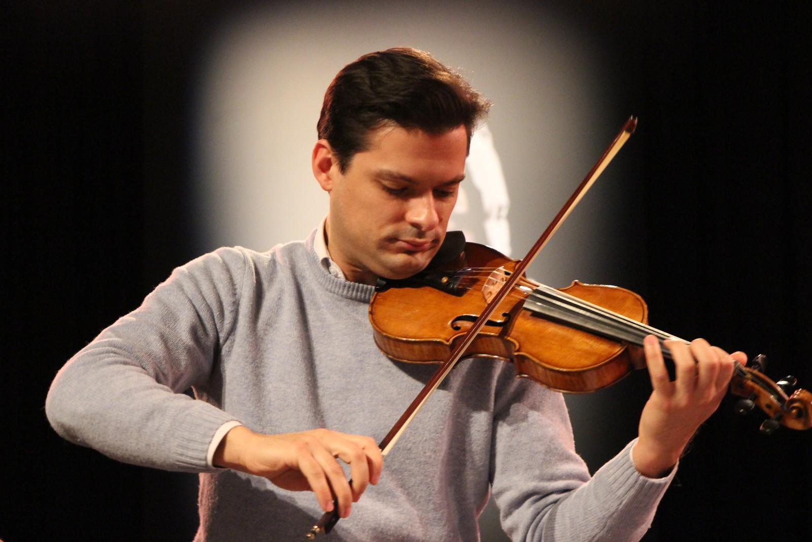 Luiz Coelho er førstefiolinist i Berlinfilharmonien og spiller for kandidatene.