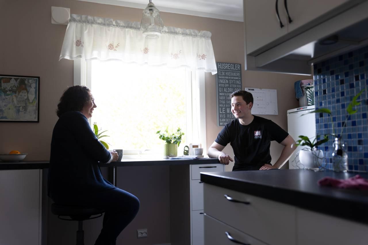 Monica og sønnen på kjøkkenet