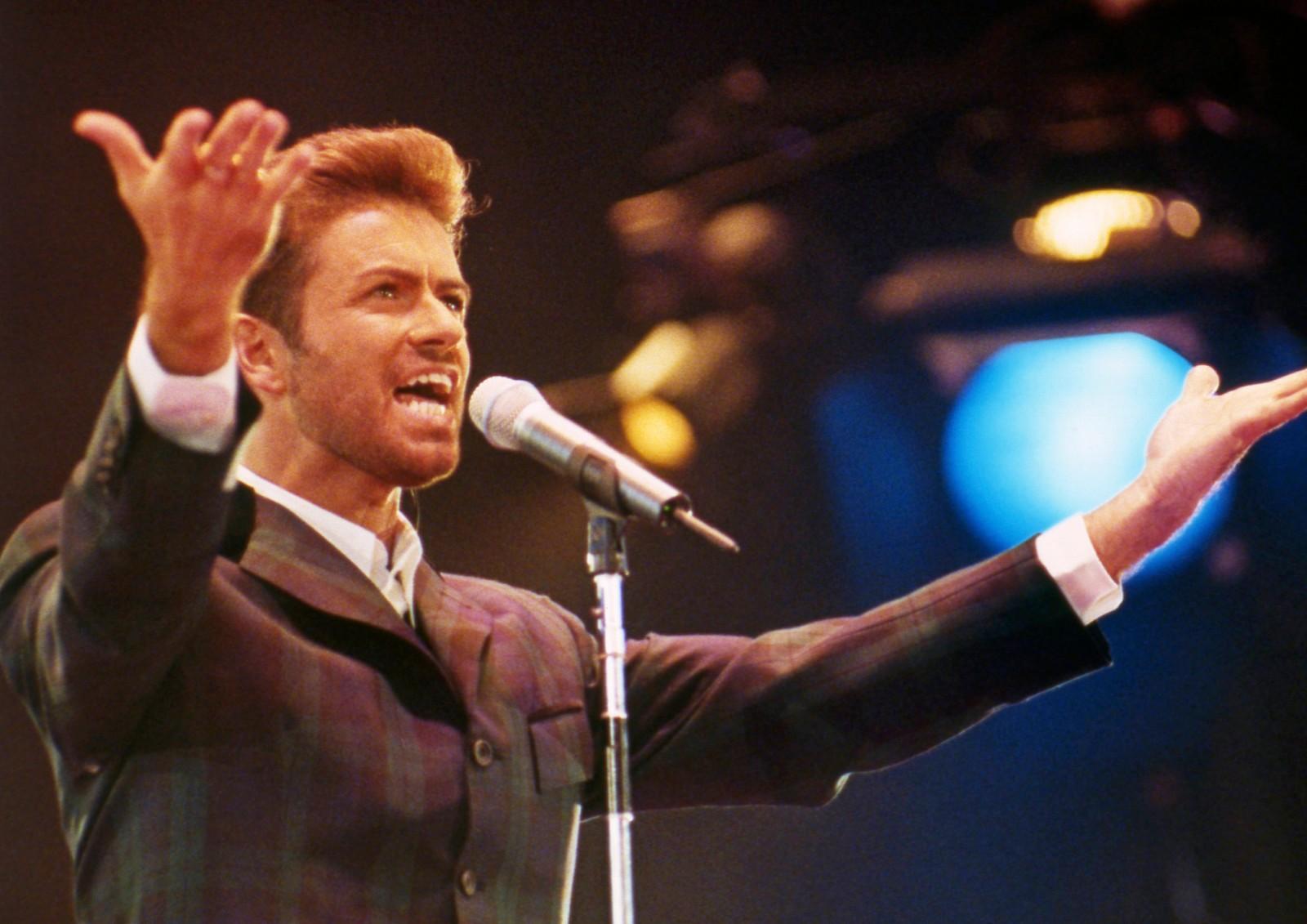 1993: George Michael på Wembley Arena i London 2. desember 1993 på Verdens Aidsdag.