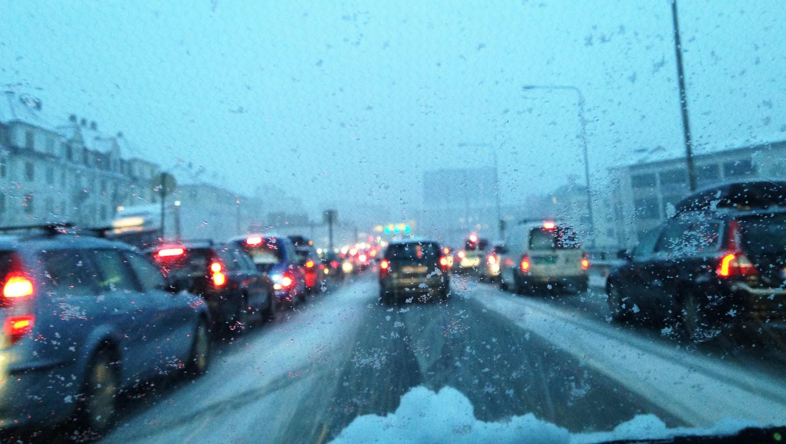 TREGT I BERGEN: Det er dypt slapseføre på veiene i Hordaland i dag. Her fra Danmarks plass i 16-tiden i dag.
