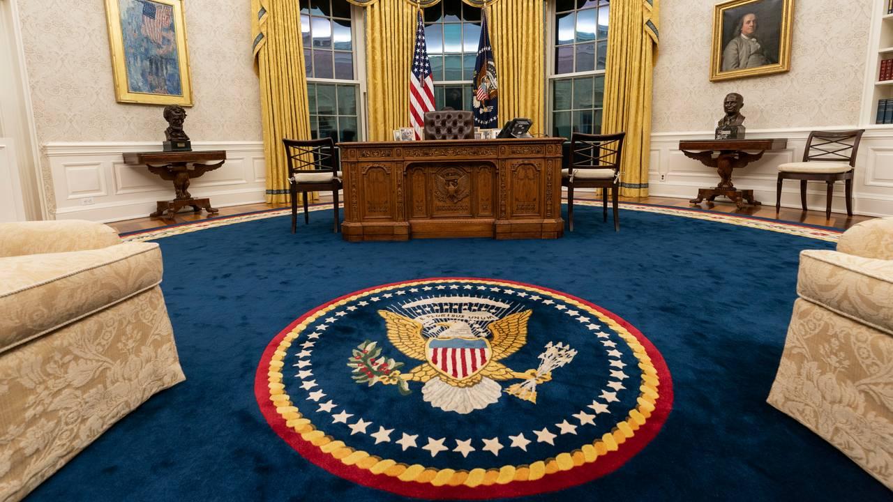 Det ovale kontor i Det hvite hus etter at Jon Biden har overtatt. Teppet har det amerikanske presidentseglet i midten.