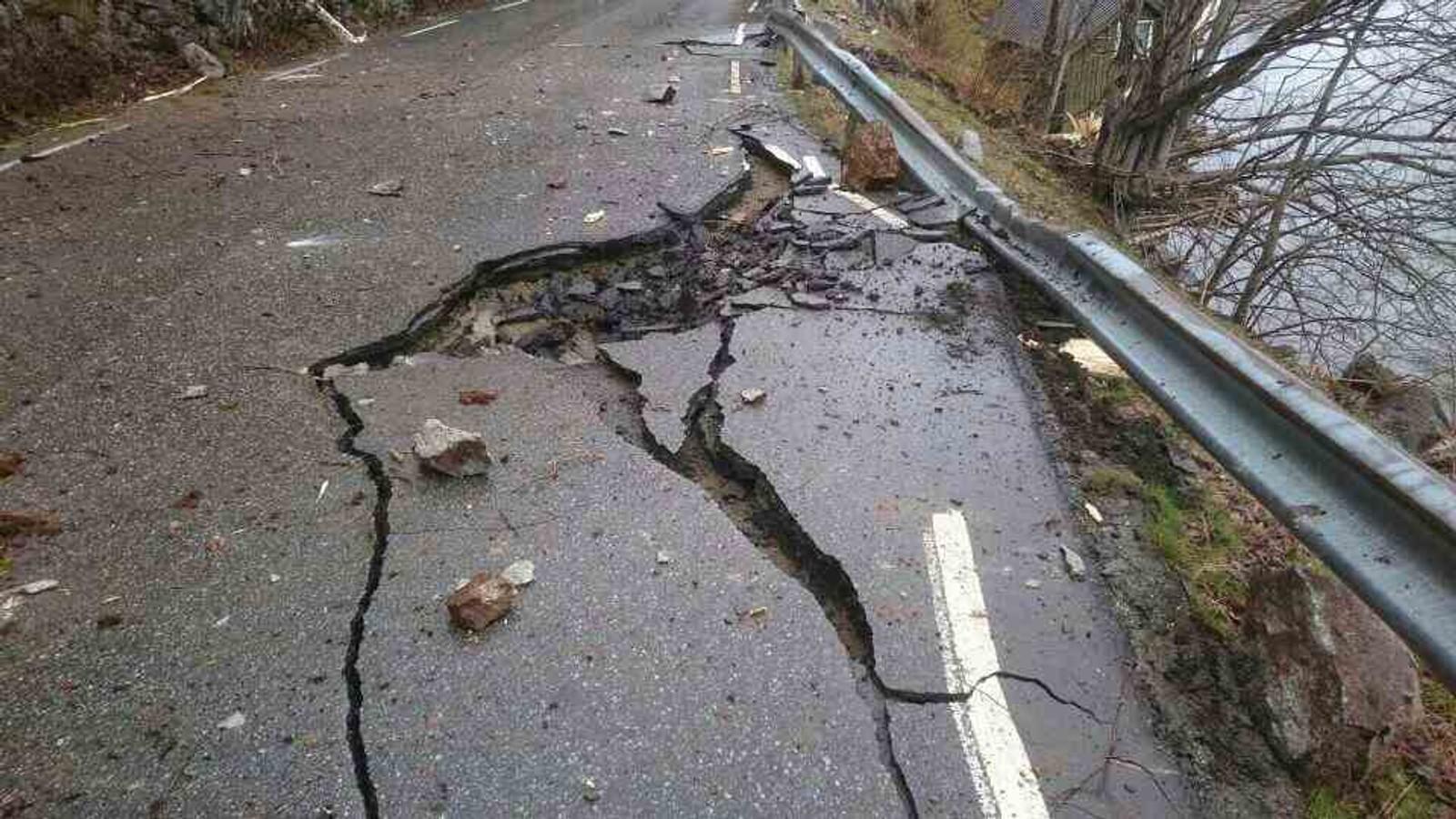 Statens vegvesen må få inn ein geolog i området, for å vurdere om det er trygt å rydde og reparere vegen.