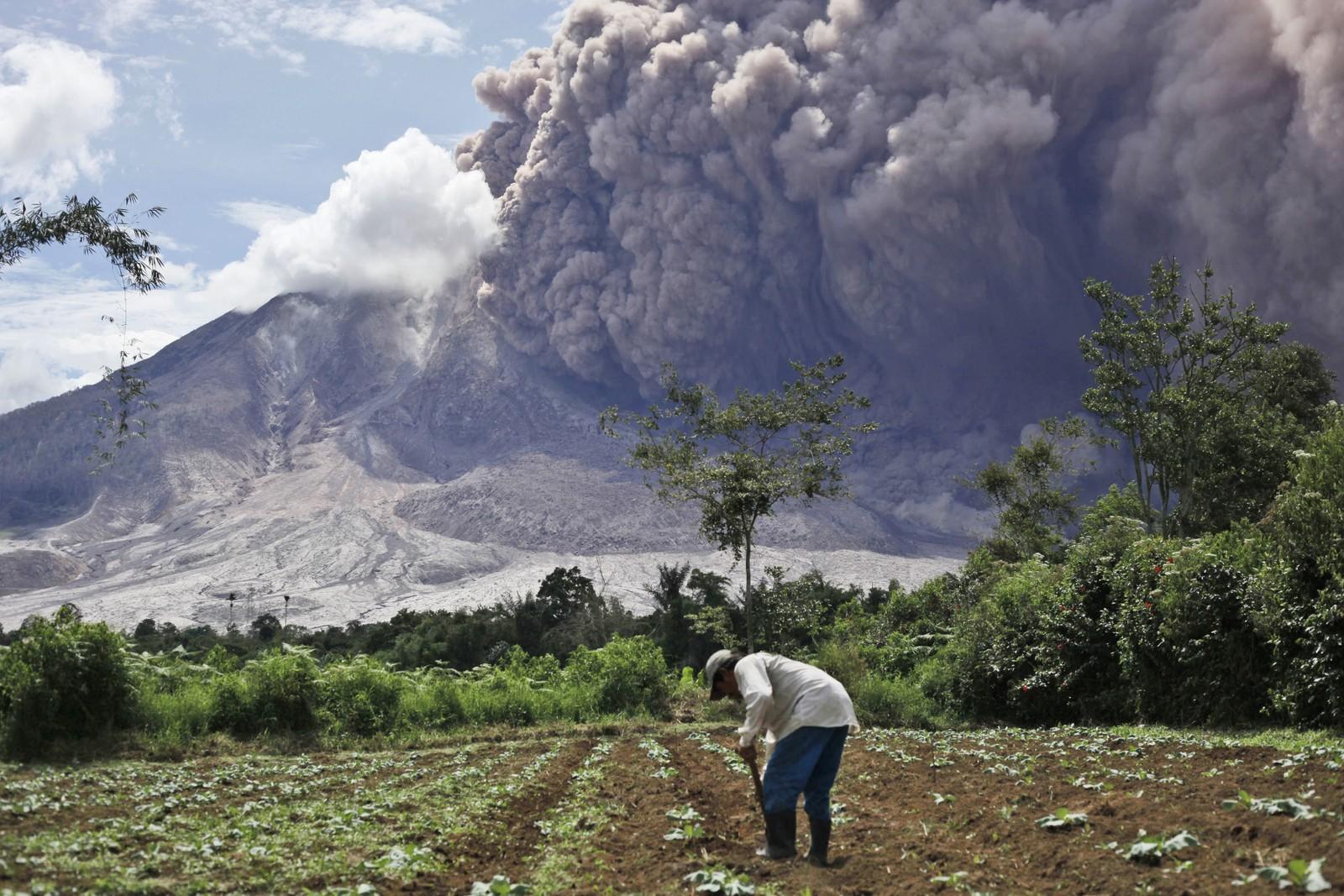 Livet går videre trass en truende askesky. Vulkanen har sporadisk spydd aske siden 2010. Før det har den holdt seg rolig i 400 år.