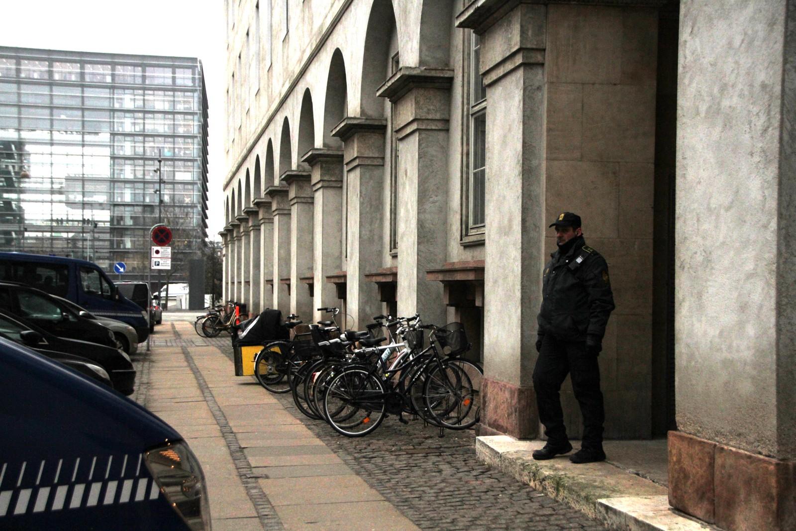 Politiet holder vakt utenfor rettslokalene mandag formiddag.