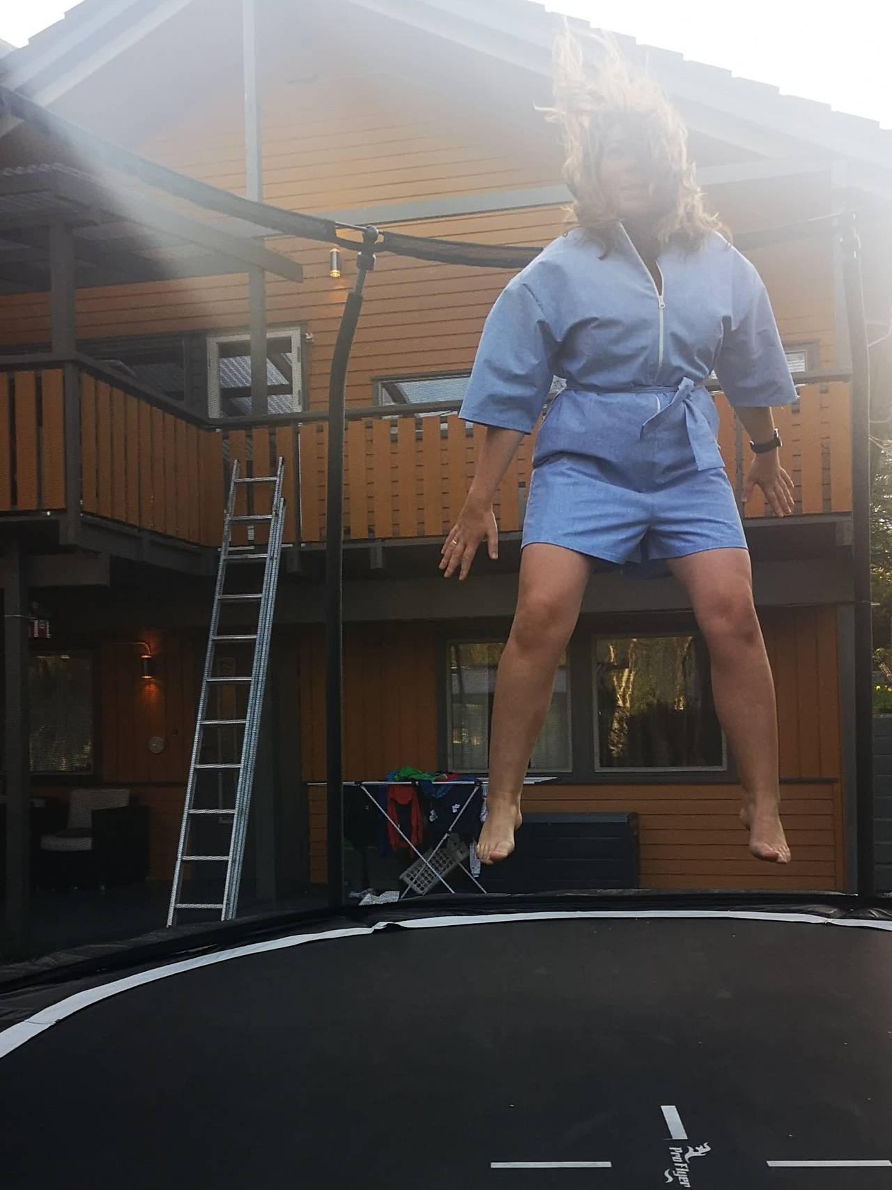 Rose Marie Jonassen er hoppende fornøyd med egen jumpsuit.