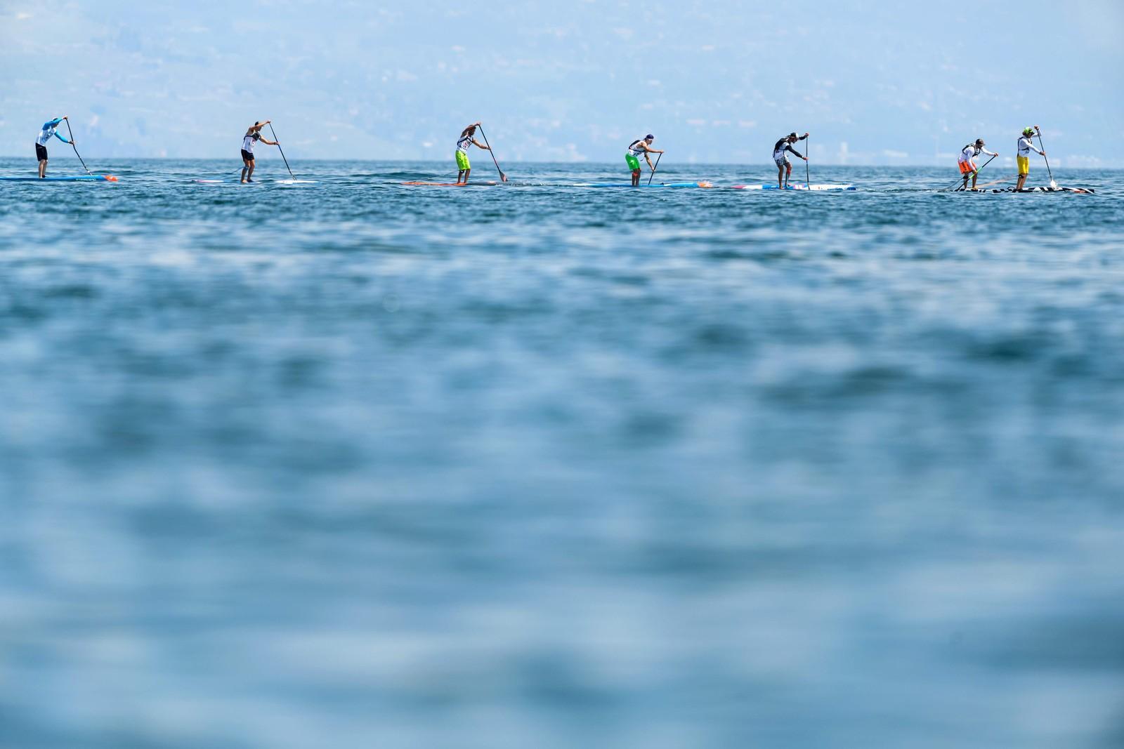 Sup (stand up paddle) kalles det, og denne uka ble det arrangert et 19 kilometer langt kappløp i Lausanne, Sveits.